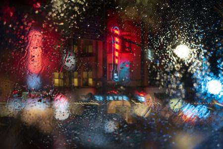 farge-neons-a-travers-la-pluie